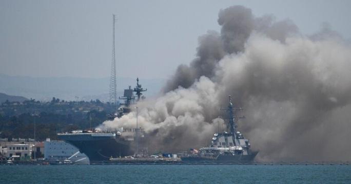 Tàu chiến Mỹ phát nổ và cháy dữ dội ngay tại cảng - Ảnh 4.