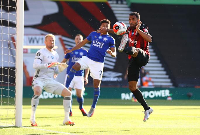 Leicester thua ngỡ ngàng Bournemouth, Man United được tiếp sức vào Top 3 - Ảnh 1.