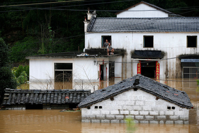 Mưa lớn không dứt, Trung Quốc nâng phản ứng lũ lụt lên mức cao thứ 2 - Ảnh 6.
