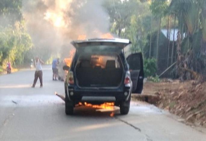Ôtô biển số VIP 5678 bốc cháy ngùn ngụt khi đang chạy trên đường Hồ Chí Minh - Ảnh 2.