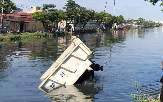 Tài xế tri hô mất thắng trước khi xe ben lao xuống kênh Tàu Hủ - Ảnh 1.