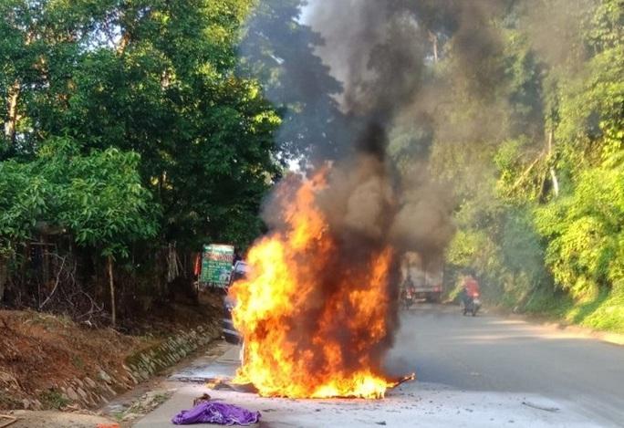 Ôtô biển số VIP 5678 bốc cháy ngùn ngụt khi đang chạy trên đường Hồ Chí Minh - Ảnh 1.