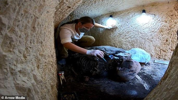 Bí ẩn xác ướp đôi nam nữ phủ vàng, bên nhau 2.000 năm trong đền cổ - Ảnh 1.