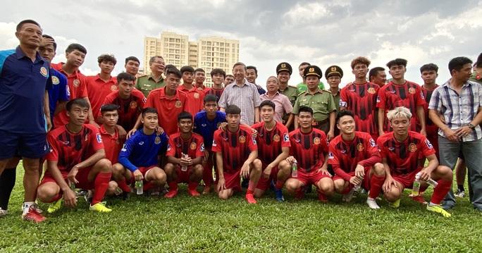 Bộ trưởng Tô Lâm dự khán trận CAND hòa Gia Định FC 1-1 - Ảnh 2.