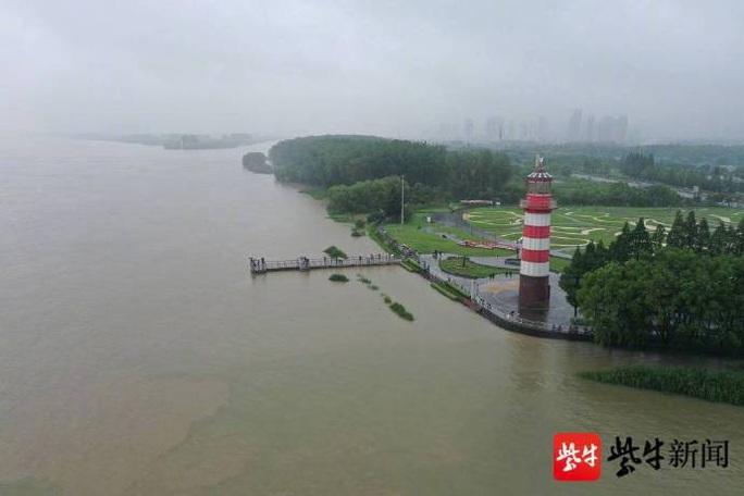 Hơn nửa miền Nam Trung Quốc chìm trong nước, mưa lũ kéo tới miền Bắc - Ảnh 1.