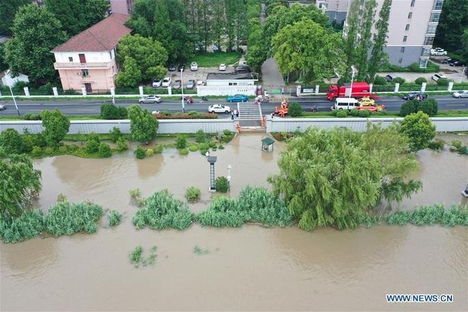 Hơn nửa miền Nam Trung Quốc chìm trong nước, mưa lũ kéo tới miền Bắc - Ảnh 2.