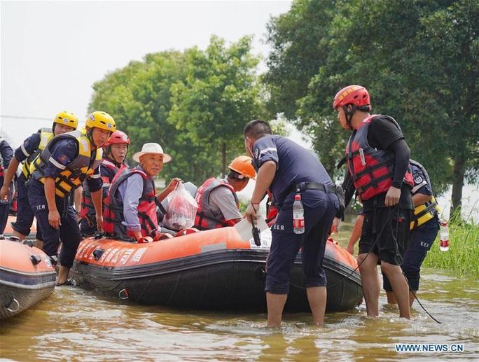 Hơn nửa miền Nam Trung Quốc chìm trong nước, mưa lũ kéo tới miền Bắc - Ảnh 4.