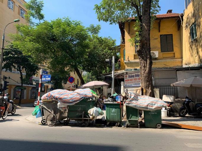 Nội đô ngập rác vì dân lại chặn xe vào bãi rác lớn nhất Hà Nội - Ảnh 1.