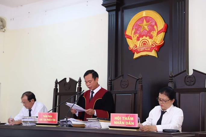 Nguyên chủ tịch xã kêu oan tại tòa - Ảnh 2.