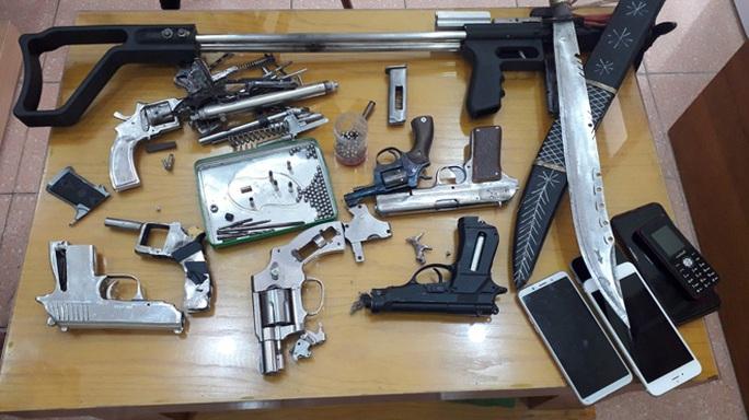 Triệt phá nhóm tội phạm ma túy nguy hiểm, thu lô vũ khí khủng - Ảnh 1.
