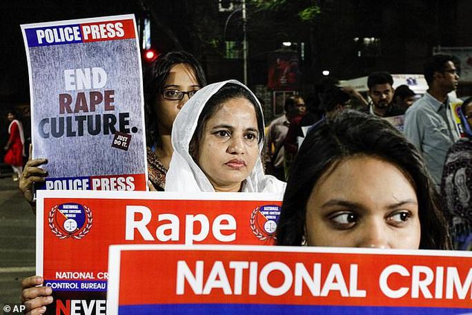 Cha siết cổ con gái đến chết vì có thai sau khi bị cưỡng hiếp - Ảnh 1.