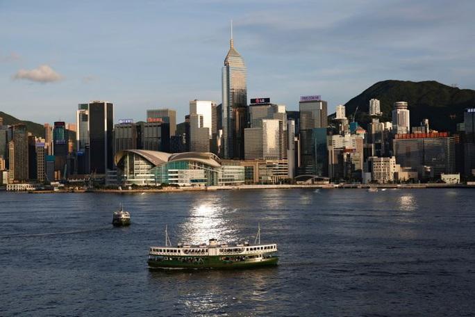 Sốc với thuế thu nhập khủng, nhiều người Trung Quốc tính chuyện rời Hồng Kông - Ảnh 1.