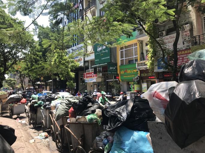 Nội đô ngập rác vì dân lại chặn xe vào bãi rác lớn nhất Hà Nội - Ảnh 10.