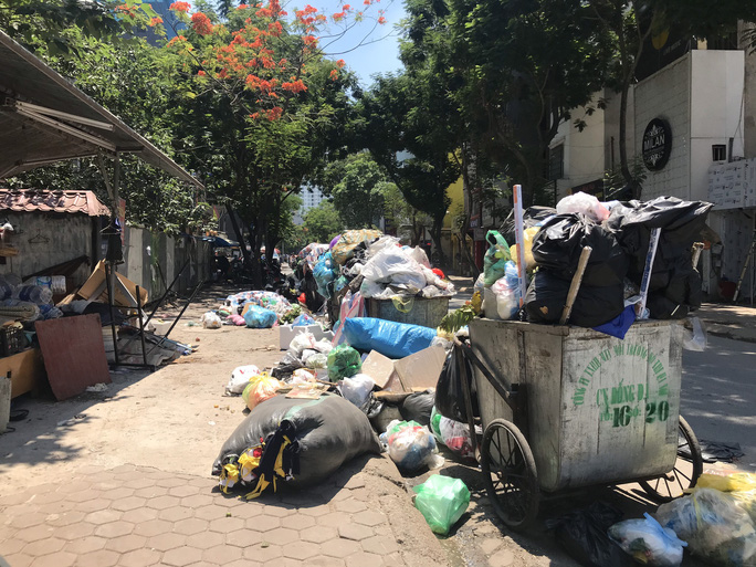 Nội đô ngập rác vì dân lại chặn xe vào bãi rác lớn nhất Hà Nội - Ảnh 9.