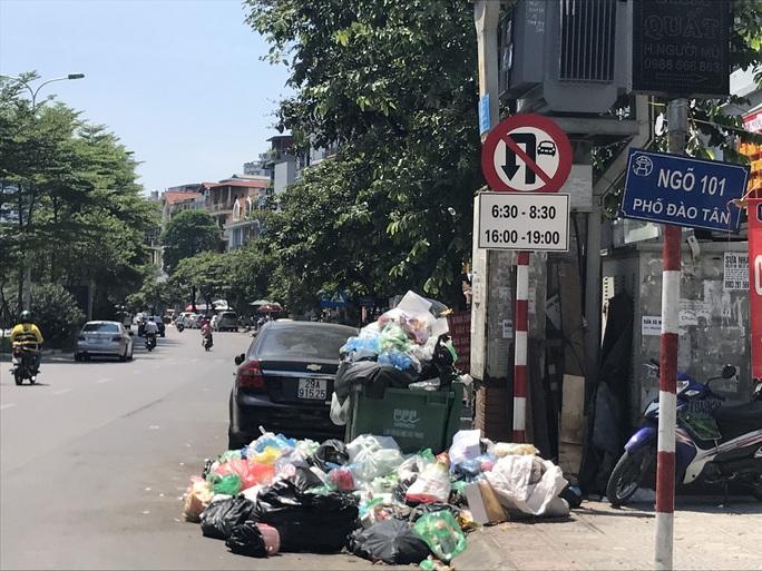 Nội đô ngập rác vì dân lại chặn xe vào bãi rác lớn nhất Hà Nội - Ảnh 8.