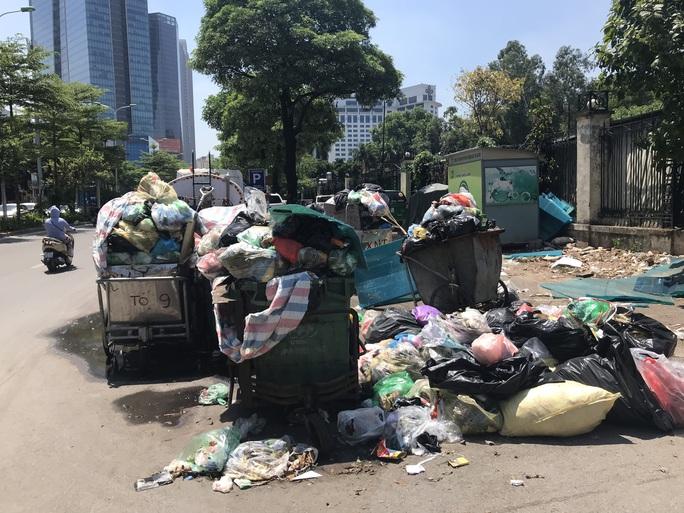 Nội đô ngập rác vì dân lại chặn xe vào bãi rác lớn nhất Hà Nội - Ảnh 7.