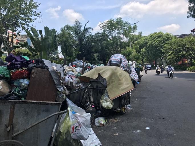 Nội đô ngập rác vì dân lại chặn xe vào bãi rác lớn nhất Hà Nội - Ảnh 6.