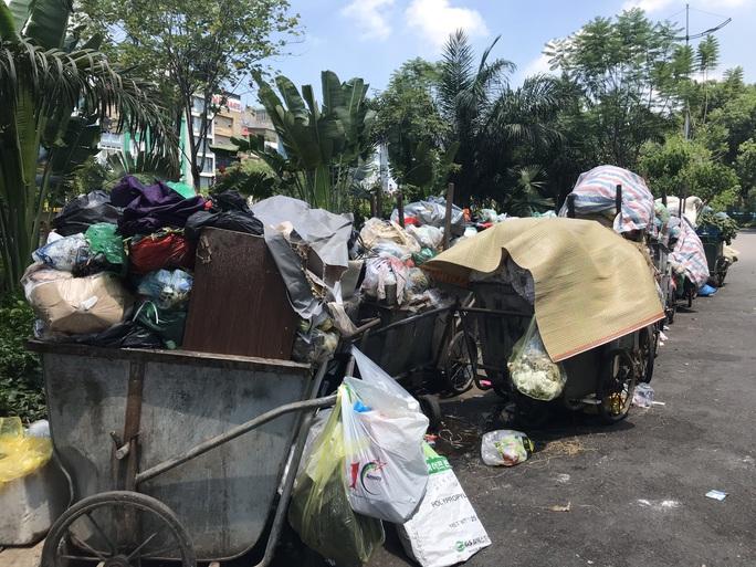 Nội đô ngập rác vì dân lại chặn xe vào bãi rác lớn nhất Hà Nội - Ảnh 5.