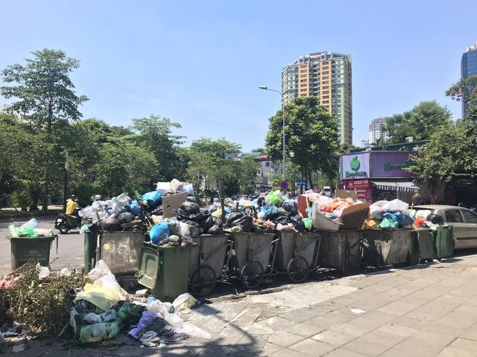 Nội đô ngập rác vì dân lại chặn xe vào bãi rác lớn nhất Hà Nội - Ảnh 4.