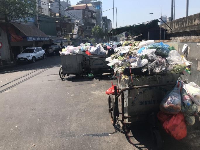 Nội đô ngập rác vì dân lại chặn xe vào bãi rác lớn nhất Hà Nội - Ảnh 3.