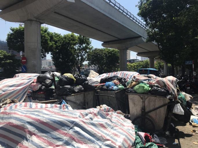 Nội đô ngập rác vì dân lại chặn xe vào bãi rác lớn nhất Hà Nội - Ảnh 2.