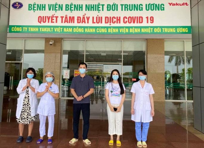 Kíp y tế đi cùng chuyến bay đón 116 công nhân mắc Covid-19 ở Guinea Xích Đạo về nước - Ảnh 2.