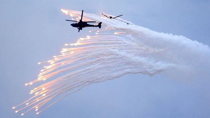 Trực thăng Đài Loan rơi lúc tập trận lớn, hai phi công thiệt mạng - Ảnh 2.