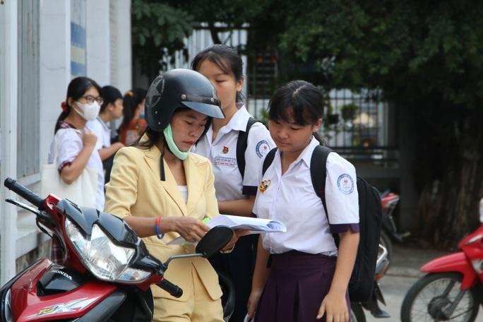 Ngày thi đầu tiên của kỳ thi lớp 10: Căng thẳng trước giờ thi - Ảnh 1.