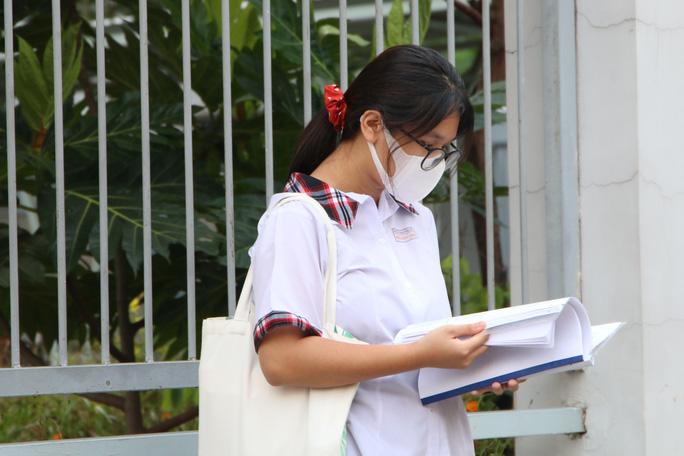 Ngày thi đầu tiên của kỳ thi lớp 10: Căng thẳng trước giờ thi - Ảnh 4.