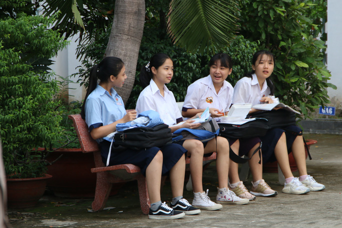 Ngày thi đầu tiên của kỳ thi lớp 10: Căng thẳng trước giờ thi - Ảnh 3.