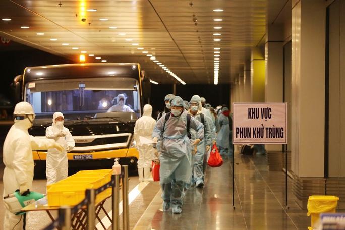 Kíp y tế đi cùng chuyến bay đón 116 công nhân mắc Covid-19 ở Guinea Xích Đạo về nước - Ảnh 3.