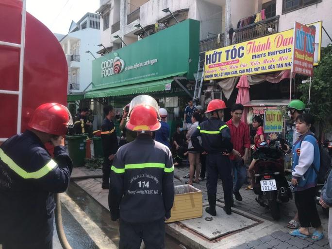 Giải cứu 6 người mắc kẹt trong vụ cháy phòng trọ ở TP HCM - Ảnh 2.