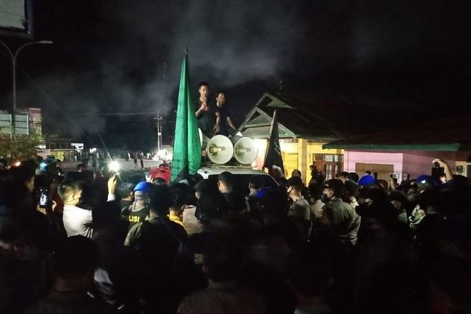 Sinh viên Indonesia biểu tình phản đối công nhân Trung Quốc - Ảnh 1.