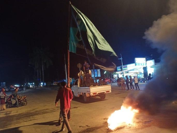 Sinh viên Indonesia biểu tình phản đối công nhân Trung Quốc - Ảnh 2.