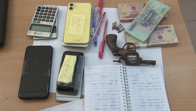 Phá đường dây ghi lô đề 20 tỉ đồng ở Quảng Nam, thu giữ cả súng đạn - Ảnh 2.