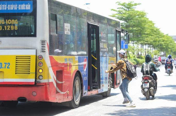 Xe buýt ế khách trong những ngày Hà Nội nắng gay gắt - Ảnh 3.