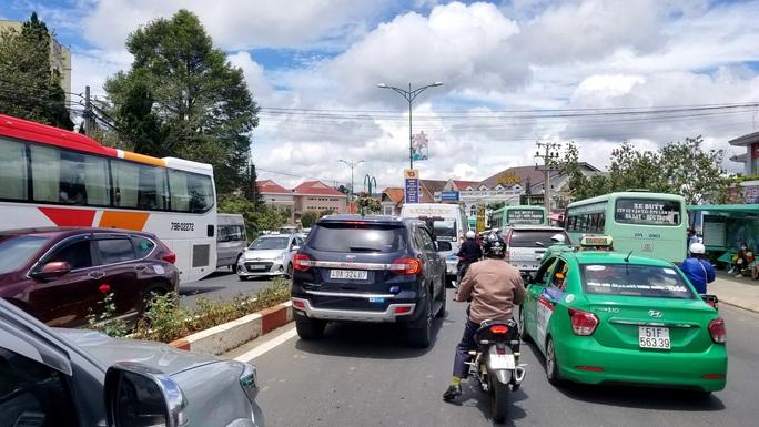 Nhiều tuyến đường ở Đà Lạt bị tê liệt... vì ùn ùn du khách  - Ảnh 3.