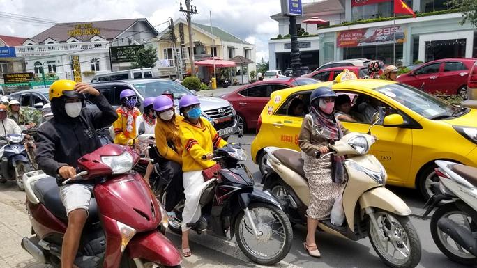 Nhiều tuyến đường ở Đà Lạt bị tê liệt... vì ùn ùn du khách  - Ảnh 14.