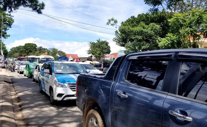 Nhiều tuyến đường ở Đà Lạt bị tê liệt... vì ùn ùn du khách  - Ảnh 12.