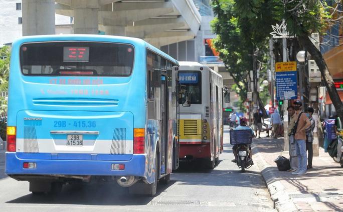 Xe buýt ế khách trong những ngày Hà Nội nắng gay gắt - Ảnh 4.
