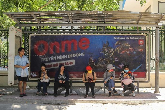 Xe buýt ế khách trong những ngày Hà Nội nắng gay gắt - Ảnh 5.
