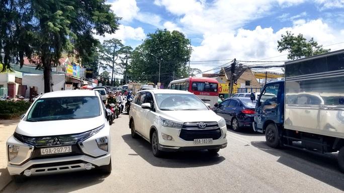 Nhiều tuyến đường ở Đà Lạt bị tê liệt... vì ùn ùn du khách  - Ảnh 10.