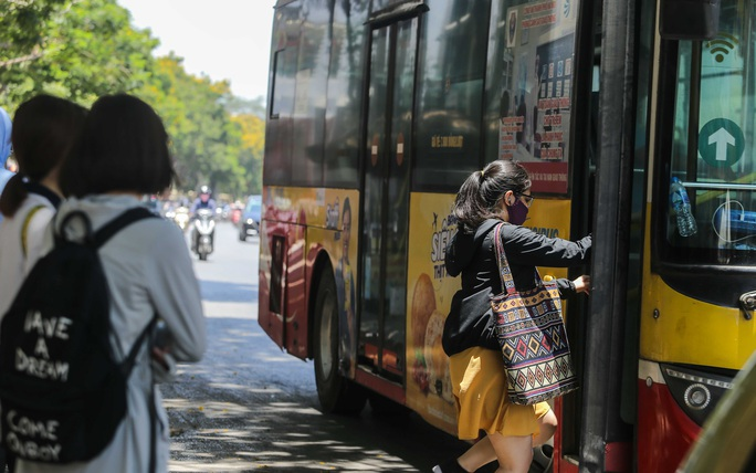 Xe buýt ế khách trong những ngày Hà Nội nắng gay gắt - Ảnh 7.