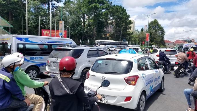 Nhiều tuyến đường ở Đà Lạt bị tê liệt... vì ùn ùn du khách  - Ảnh 7.