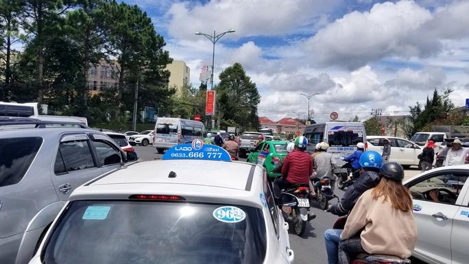 Nhiều tuyến đường ở Đà Lạt bị tê liệt... vì ùn ùn du khách  - Ảnh 6.