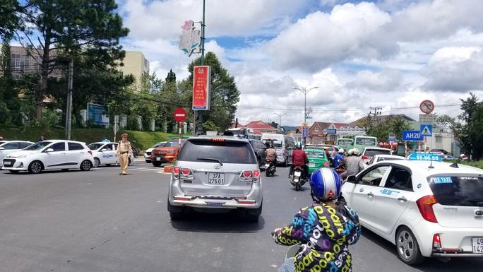 Nhiều tuyến đường ở Đà Lạt bị tê liệt... vì ùn ùn du khách  - Ảnh 5.