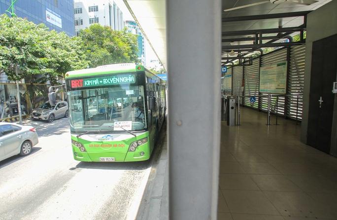 Xe buýt ế khách trong những ngày Hà Nội nắng gay gắt - Ảnh 13.