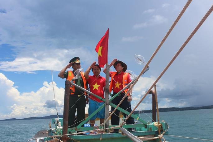 Một triệu lá cờ Tổ quốc cùng ngư dân bám biển: Xúc động buổi trao cờ giữa biển khơi - Ảnh 3.