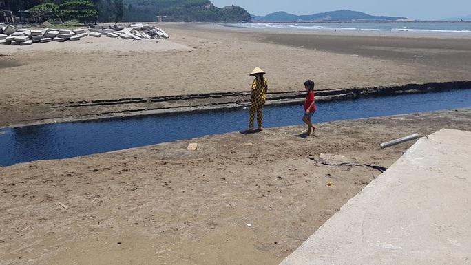 CLIP: Cảnh nước thải từ trang trại nuôi tôm biến bãi biển thơ mộng thành biển chết - Ảnh 13.