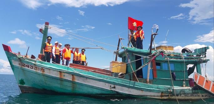 Trao cờ Tổ quốc cho ngư dân giữa trùng khơi ở Phú Quốc - Ảnh 1.